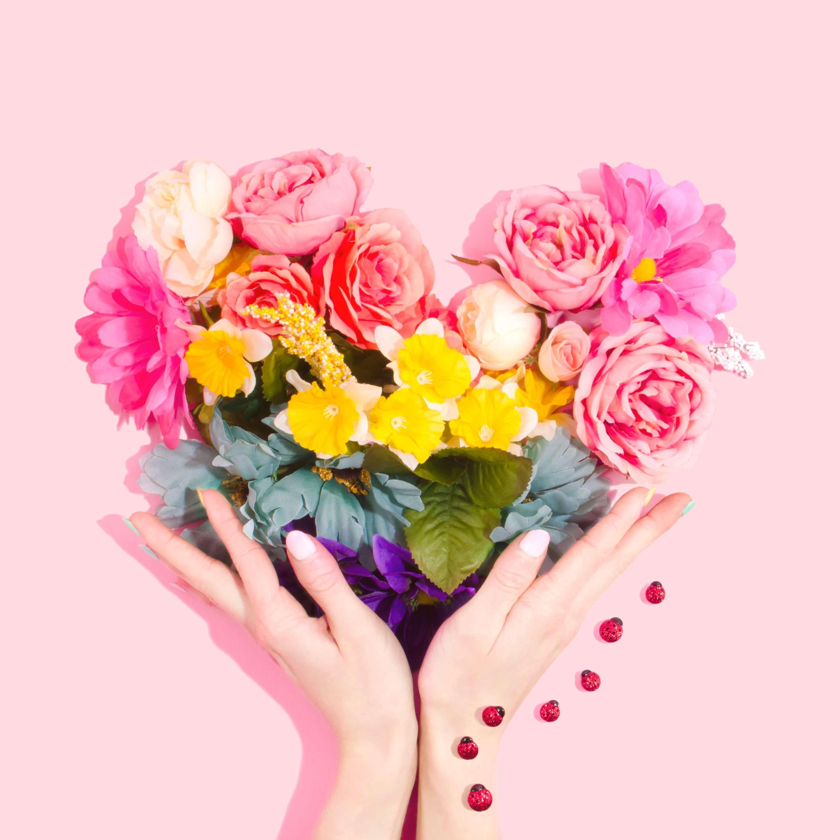 お花で作ったハートを持ち上げる