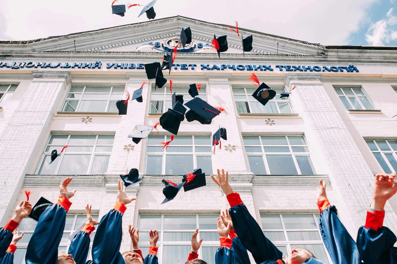 帽子を投げて卒業祝い